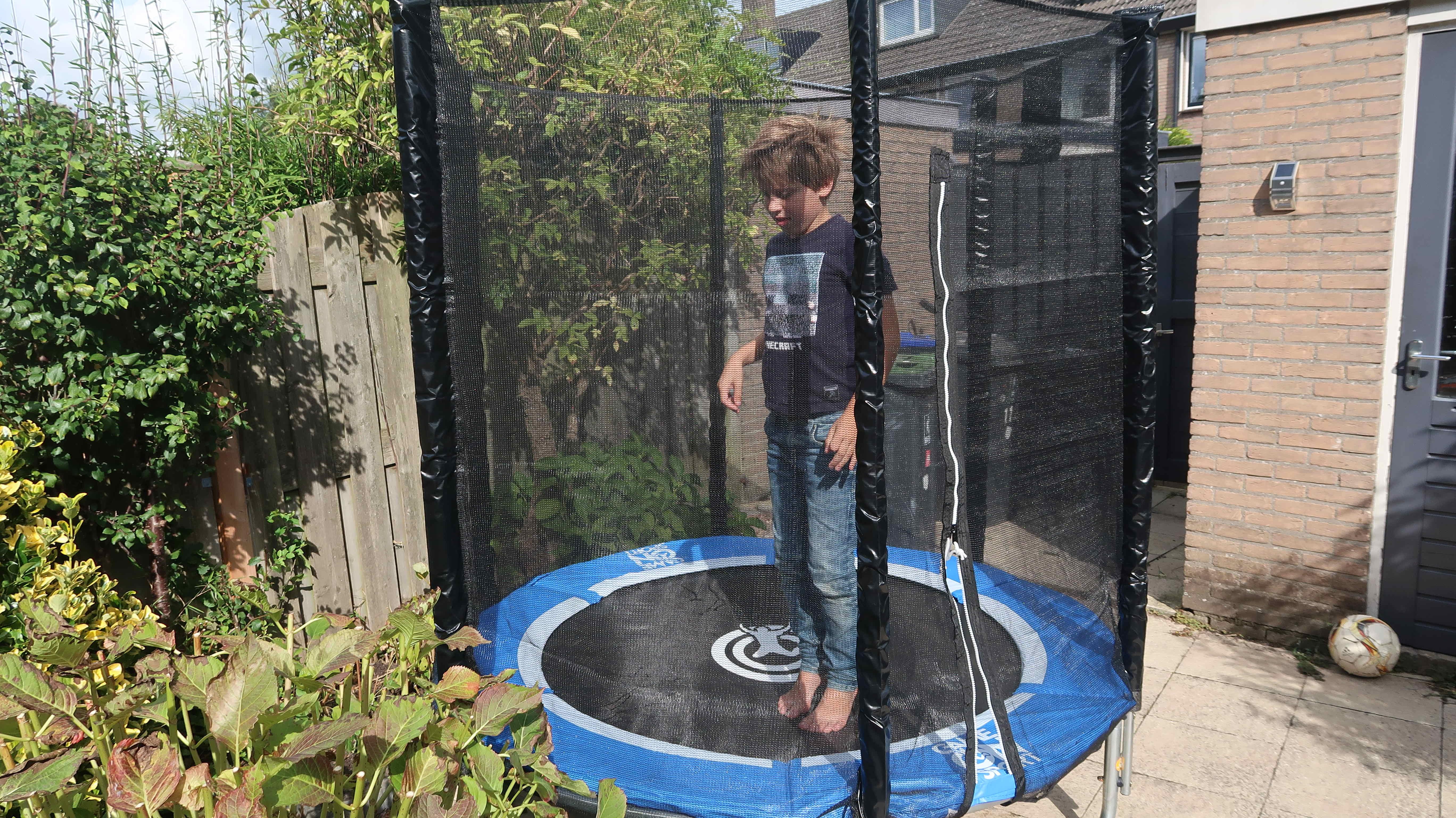 met een trampoline spelen kinderen het hele jaar buiten