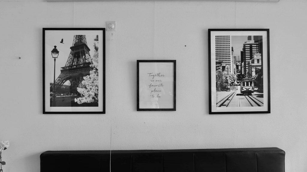Een fotomuur in de slaapkamer met posters van Poster Store